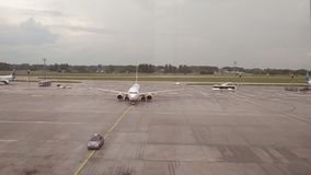 接近上的乘客的伴随的飞机门 股票视频