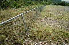接近与阻碍段落的金属滤网的金属对自然,在透视的金属滤网与美丽的自然风景bac 免版税库存照片