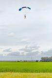 接近为登陆的跳伞运动员 免版税库存照片