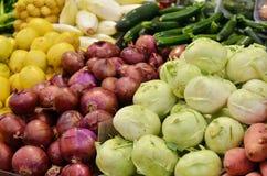 接近五颜六色许多蔬菜 免版税图库摄影