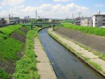 接近京都的小的都市河 库存图片