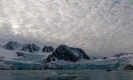 接近冰川的可膨胀的橡皮艇朝向, Hamiltonbukta,斯瓦尔巴特群岛 库存图片