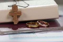接近圣经的婚姻圆环与木十字架 免版税库存图片