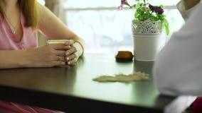 接近在咖啡馆的夫妇饮用的咖啡 影视素材