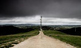接近多小山风景的风雨如磐的云彩 免版税库存图片