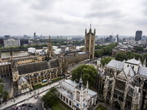 接近大笨钟天线的伦敦维多利亚塔 免版税图库摄影