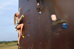 接近对在速度上升的竞争速度轨道的完成的点的两个年轻登山人底视图  免版税库存照片