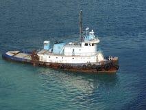 接近岸的老拖轮航行 库存图片