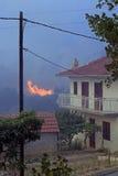 接近房子的野火 库存照片