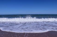 接近摄影师的一大海波浪 风雨如磐的海显示我们他的控制权和力量 从海的神的巨大的力量 ?? 库存照片