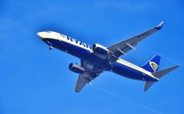 接近机场的瑞安航空公司飞机 免版税库存图片