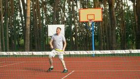 接近正手击球齐射的网球员 股票录像