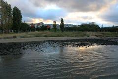 接近河的邻里 库存图片