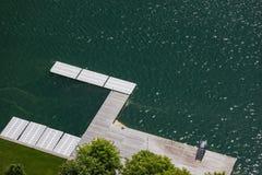 接近流血的湖,流血的游泳的区域的空的木码头  免版税库存图片