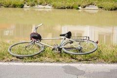 接近湖的葡萄酒自行车 库存图片