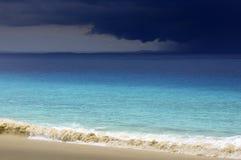 接近热带白色沙子海滩的暴风云 库存图片