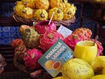 接近热带龙和西番莲果待售在市场丰沙尔马德拉上前面标志读橙色西番莲果 免版税库存图片