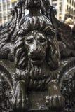 接近王宫的装饰长卷毛狗老路灯柱水坝正方形的在阿姆斯特丹,荷兰 免版税库存照片