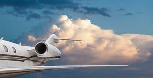 接近的一次私人喷气式飞机飞行的尾巴侧视图 免版税库存照片