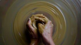 接近的上部女孩塑造在瓦器轮子的圆的陶瓷花瓶 影视素材