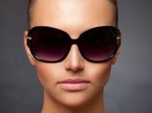 接近的佩带女孩图象时髦的太阳镜  免版税库存照片