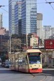 接近的减速火箭的电车在市中心,大连,中国 免版税库存照片