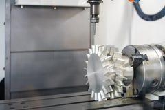 接近的切割工具与制件推进器一起使用在高速和准确性cnc机械中心旁边 库存照片
