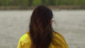 接近的后面观点的红色妇女头发招标运动在天空中在慢动作 走在沙滩的妇女 r 影视素材