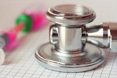 接近的听诊器注射器 免版税图库摄影