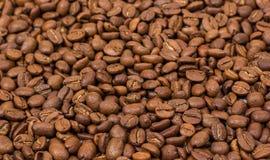 接近的咖啡水平的纹理 咖啡豆当背景墙纸 阿拉伯咖啡cofee豆 免版税图库摄影