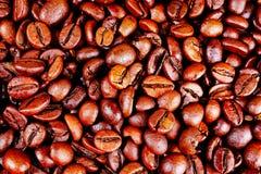 接近的咖啡水平的纹理 烤咖啡豆当背景墙纸 美丽的其中任一的阿拉伯咖啡真正的cofee豆例证 库存图片