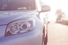 接近的在最前面的新的银色SUV汽车 一辆现代汽车的细节 顶头光 免版税库存照片