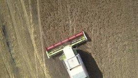 接近的垂直的鸟瞰图现代收割机会集麦子 股票录像