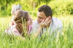 接近的夫妇爱年轻人 免版税库存照片
