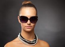 接近的女孩射击了时髦的太阳镜  免版税图库摄影