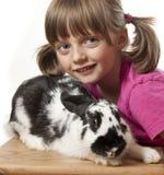 接近的女孩愉快的小的兔子  免版税库存照片