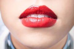 接近的女性嘴唇唇膏红色射击 库存图片