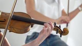 接近的妇女播放小提琴抒情歌构成 股票视频