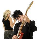 接近的妇女的吉他弹奏者男性歌唱家 库存图片