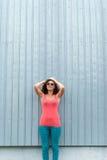 接近的户外表面女孩太阳镜上升年轻人 免版税图库摄影