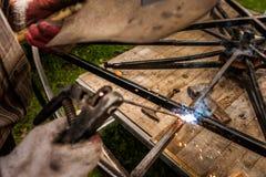 接近的手人电弧焊接或棍子焊接铁 库存图片