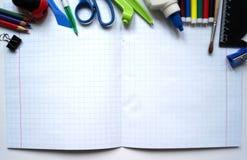 接近的指南针分度器学校用品 您在学校需要的一切 免版税库存照片
