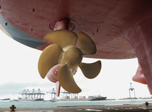 接近的推进器船 免版税库存照片
