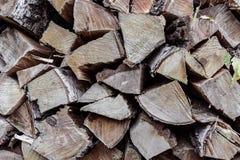接近的木柴堆为冬天堆积了切好的木树干他 库存照片
