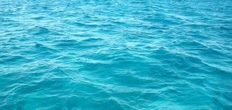 接近的水平的s海运挥动 免版税库存照片