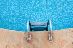 接近的池游泳 免版税库存照片