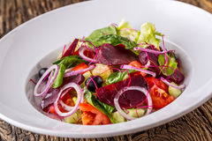 接近的沙拉被射击蔬菜 沙拉板材与菜的在土气橡木桌上 菜沙拉成份的分类  图库摄影