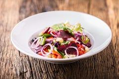 接近的沙拉被射击蔬菜 沙拉板材与菜的在土气橡木桌上 菜沙拉成份的分类  库存照片