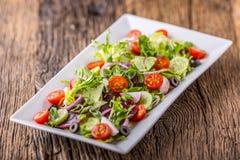 接近的沙拉被射击蔬菜 沙拉板材与菜的在土气橡木桌上 菜沙拉成份的分类  免版税图库摄影
