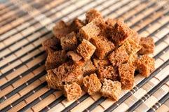 接近的油煎方型小面包片 免版税库存照片